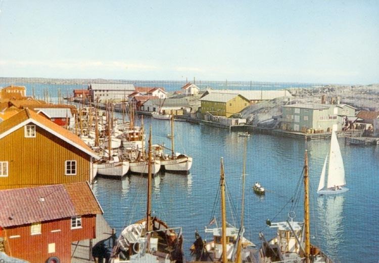 """Tryckt text på kortet: """"Smögen. Hamnen"""". """"9 OKT. 1959"""" """"Förlag: Firma H. Lidenhag, Göteborg""""."""