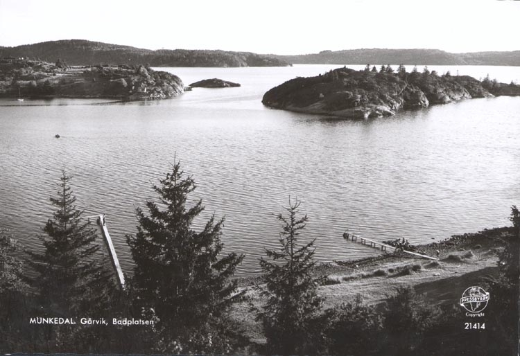 """Tryckt text på kortet: """"MUNKEDAL. Gårvik, Badplats"""". Noterat på kortet: """"Kortet tillverkat 1959""""."""