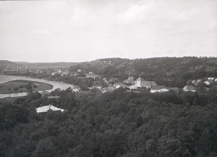 """Noterat på kortet: """"Kungälv"""" """"K. FR. FÄSTNINGEN"""". """"FOTO (D42) DAN SAMUELSON 1924. KÖPT AV DENS. DEC. 1958""""."""