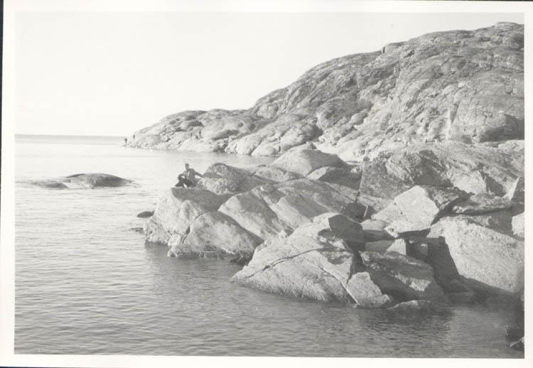 """Noterat på kortet: """"Marstrand. Jag vid södra inloppet. 4.11.1961."""""""