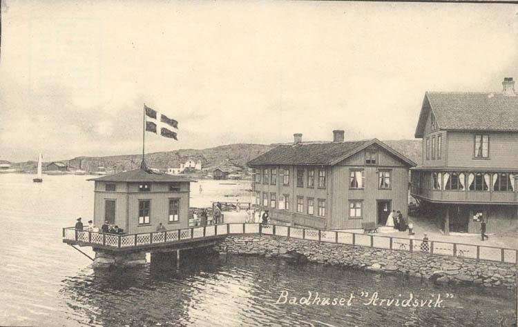 "Tryckt text på kortet: ""Badhuset Arvidsvik."" ::"