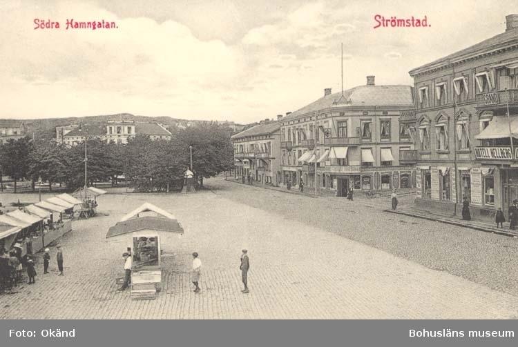 """Tryckt text på kortet: """"Södra Hamngatan. Strömstad.""""  """"Larssons Bokhandel, Strömstad."""""""