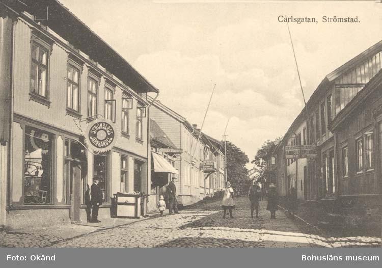 """Tryckt text på kortet: """"Strömstad. Carlsgatan.""""  ::"""