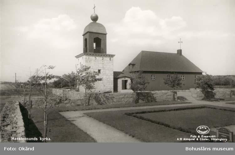 "Tryckt text på kortet: ""Havstenssunds kyrka."" Noterat på kortet: ""Havstenssund. Tanums Sn."" ""Kap. fr. sv."" ""Förlag: A/B J. F. Hallmans Bokhandel, Uddevalla."""