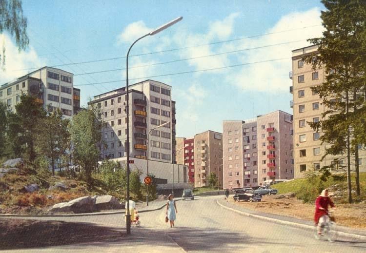 """Tryckt text på kortet: """"Uddevalla. Höghusen Bohusgården."""""""