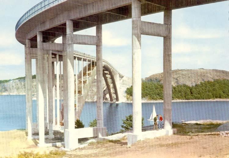 """Tryckt text på kortet: """"Nya Tjörnbron och Orustleden. Bron över Askeröfjorden sedd från Almön."""""""