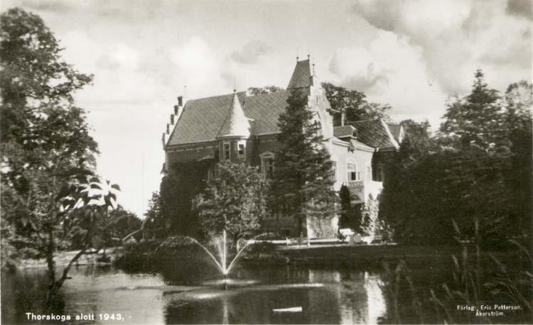 "Tryckt text på kortet: ""Thorskog Slott 1943."" ""Förlag: Erik Pettersson, Åkerström."""