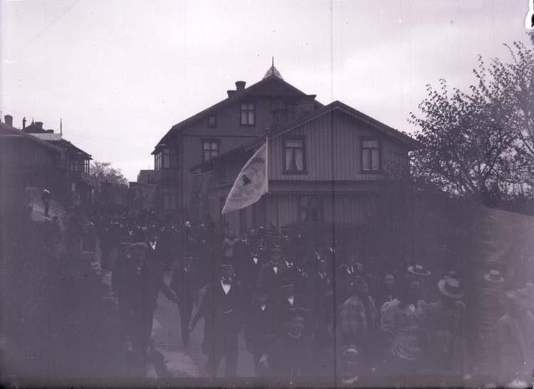 """Enligt text som medföljde bilden: """"Demonstrationståget Lysekil 24/5 1900."""""""