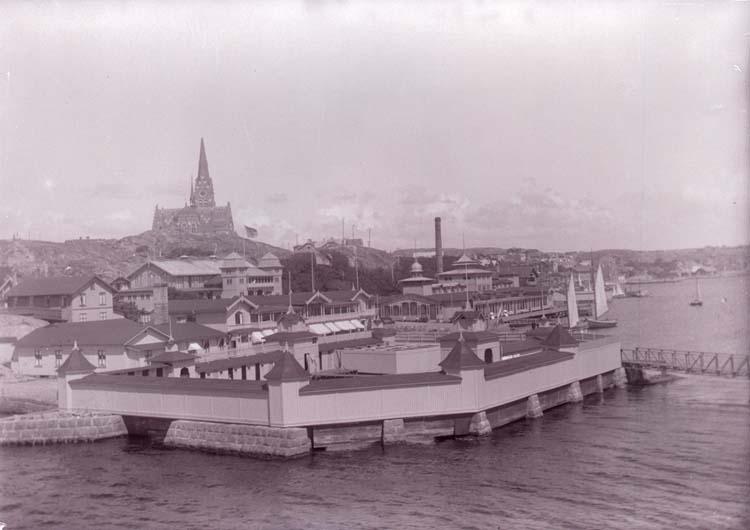 """Enligt text som medföljde bilden: """"Dambass. i Badhuset fr. Släggö 1915."""""""