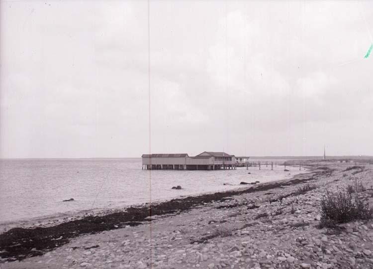 """Enligt text som medföljde bilden: """"Båstad, Kallbadhusen o. Stranden 31/8 08."""""""