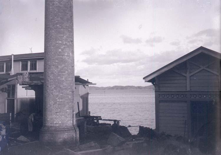 """Enligt text som medföljde bilden: """"Lysekil. Under arbetet vid Badhuset 16/10 1900. Hugo Hallgren."""""""