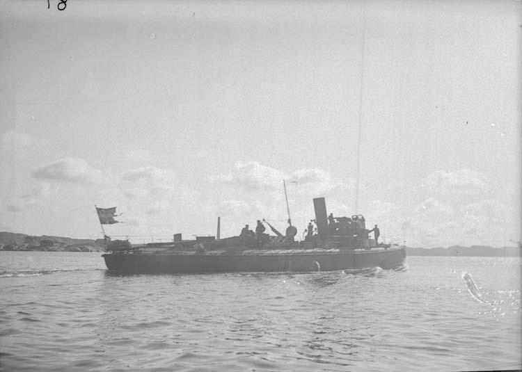"""Enligt text som medföljde bilden: """"Torpedbåt N 81. Lysekil Juli el. Aug. 05""""."""