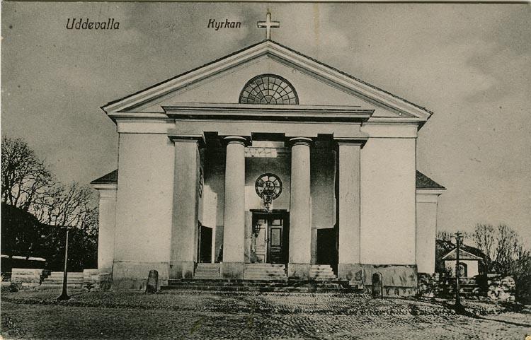 """Tryckt text på vykortets framsida: """"Uddevalla Kyrkan."""" ::"""