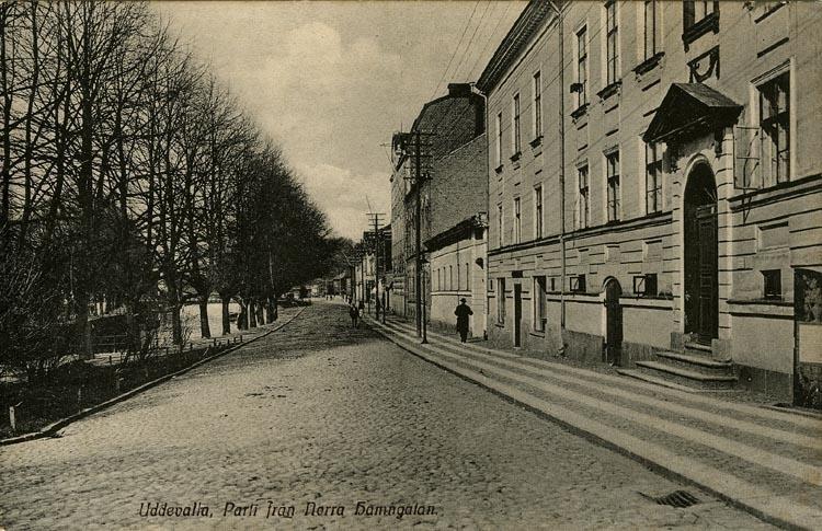 """Tryckt text på vykortets framsida: """"Parti från Norra Hamngatan.""""  ::"""