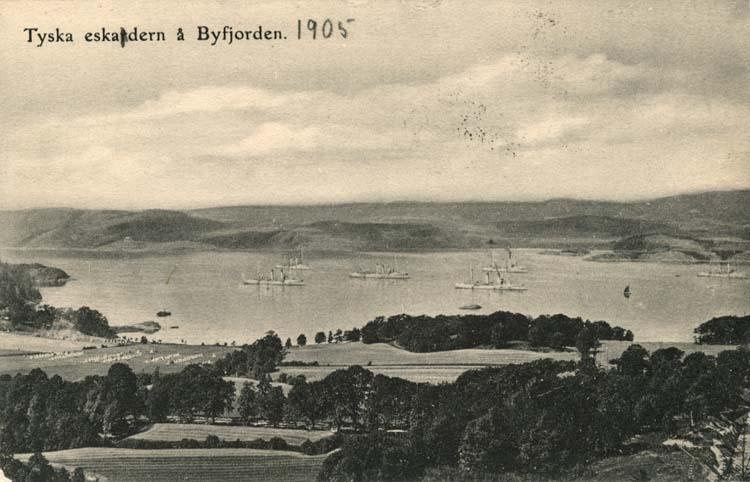 """Tryckt text på vykortets framsida: """"Tyska eskadern å Byfjorden."""""""