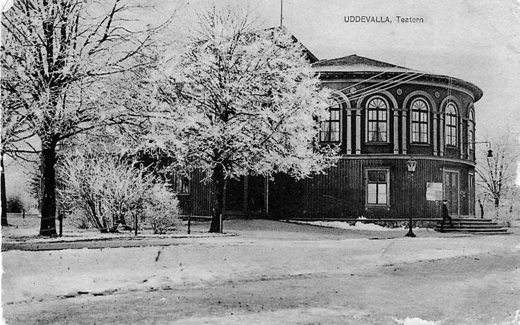 """Tryckt text på vykortets framsida: """"Uddevalla Teatern"""" ::"""