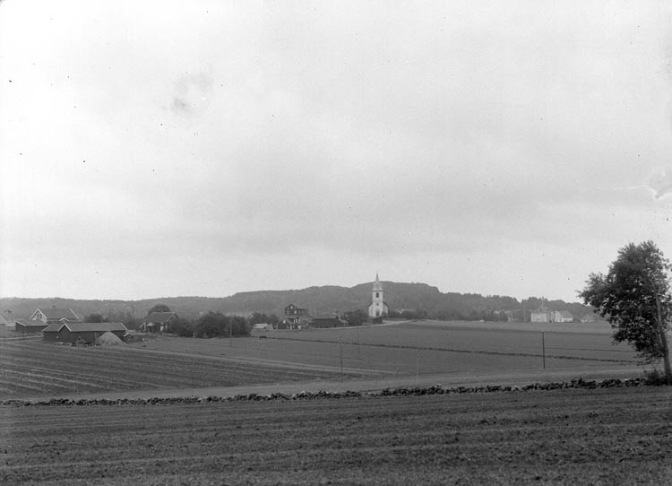 """Enligt fotografens noteringar: """"Håby kyrka med omnejd."""""""