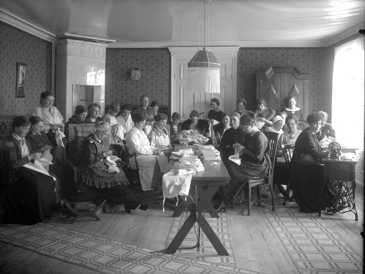 """""""Röda Korset. Symöte a (?) Smedberg omkring 1925 däromkring. Fru L. Bildt i profil."""""""