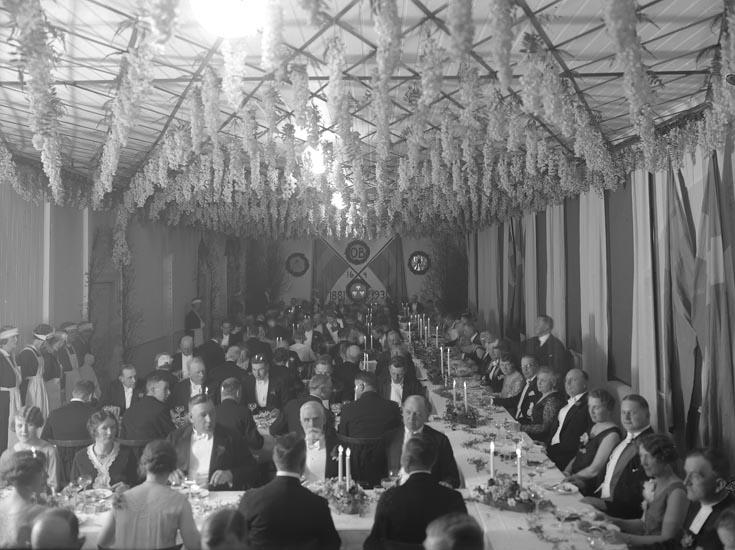 """Enligt medföljande noteringar: """"1931. 41. Nr. 3."""" På en väggdekoration står detta: """"O.B. 16/4 1881-1931.""""  Uppgifter från Munkedals HBF: """"Olof Bildts 50-årskalas i föreläsningssalen. Kyrkoherde Norborg syns till höger."""""""