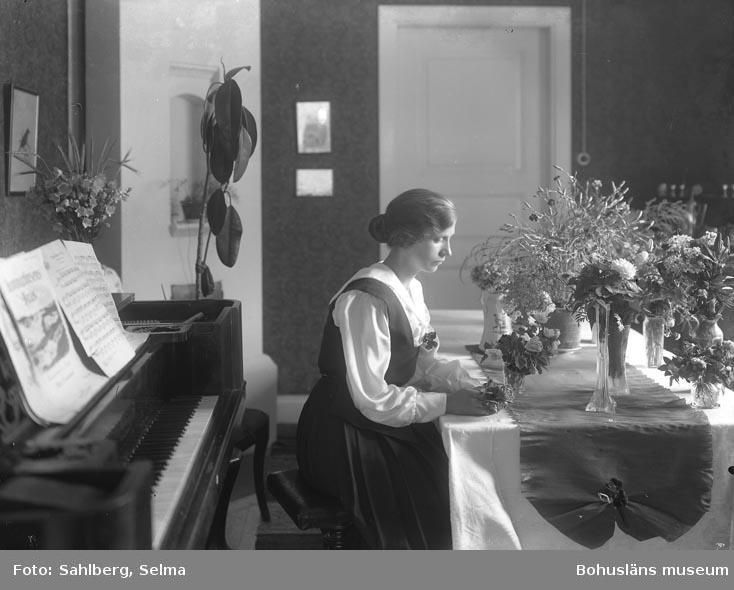 Kvinna vid bord med flera blombuketter
