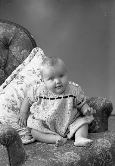 "Enligt fotografens journal nr 7 1944-1950: ""Pettersson, Eva Varekil""."