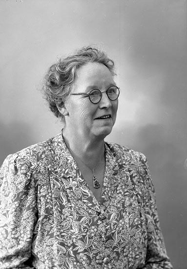 """Enligt fotografens journal nr 7 1944-1950: """"Andreasson, Fru Hedvig, adr. Ernst Olsson Här""""."""