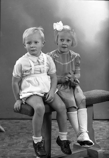 """Enligt fotografens journal nr 7 1944-1950: """"Andersson, Fru Linnea Bageriet Ödsmål""""."""