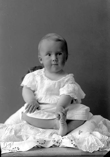 """Enligt fotografens journal nr 2 1909-1915: """"Nordin, Fru Här"""" Enligt fotografens notering: """"Fru Nordins gosse, Här""""."""