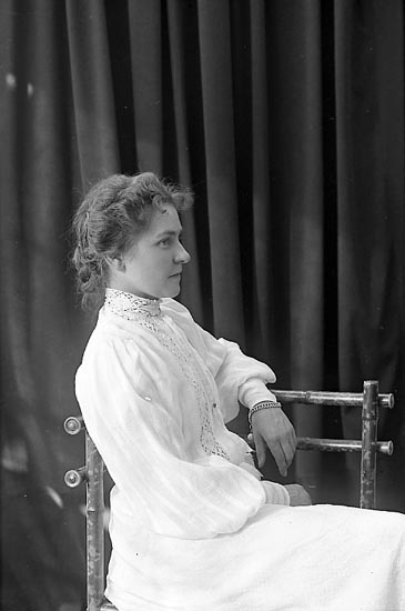 """Enligt fotografens journal nr 1 1904-1908: """"Almegren Karin Jörlanda""""."""