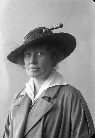 "Enligt fotografens journal nr 2 1909-1915: ""Lundeqvist, Dahlström Fru Gerda Ön""."