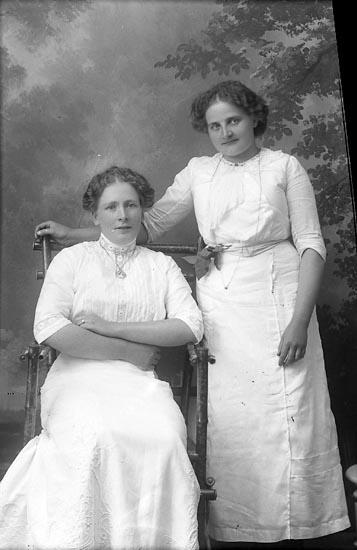 """Enligt fotografens journal Lyckorna 1909-1918: """"Isberg, Frida (adr. Löjtnant Ullgren) Göteborg""""."""