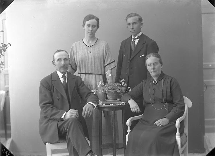 "Enligt fotografens journal nr 4 1918-1922: ""Larsson, Anders Lunna Solberga""."