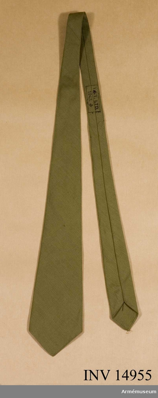 """Grupp C. Av khakifärgat bomullstyg med stämpel: """"T.S.T.Ltd.1943"""" (följt av en uppåtriktad pil)."""