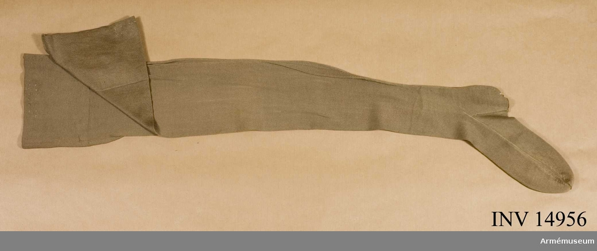 """Grupp C. Strumpor, långa, khakifärgade av till hälftenn bomullstyg och till hälften ylle med påskriften """"Scotto & Slack Ltd 1942"""". Under världskriget 1940-45 var kinnorna inkallade för olika tjänster i engelka armén och fick då militäruniformer av khakityg."""