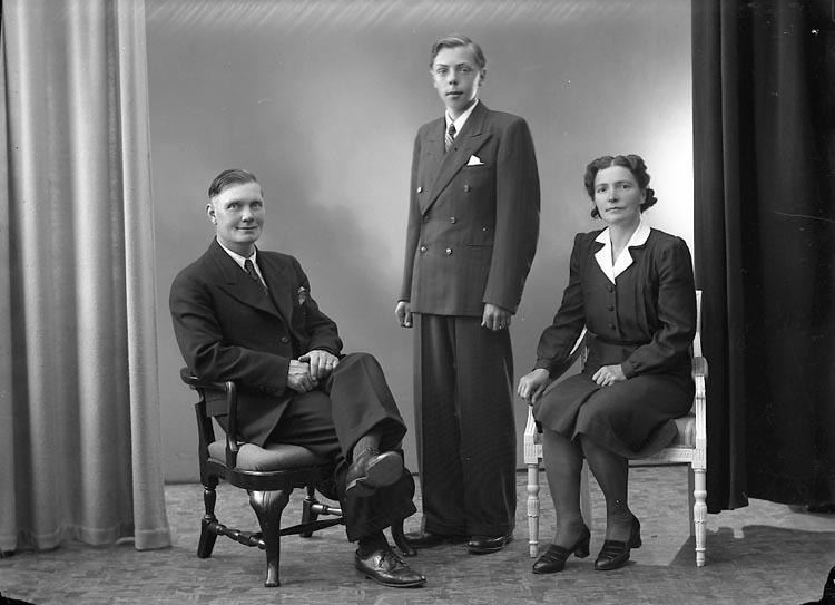 """Enligt fotografens journal nr 6 1930-1943: """"Jönsson, Herr Nils Box 14 St. Höga""""."""