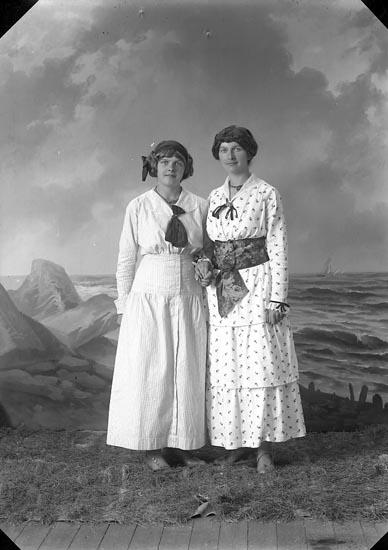 """Enligt fotografens journal nr 2 1909-1915: """"Almgren, Fröken Ödsmål""""."""