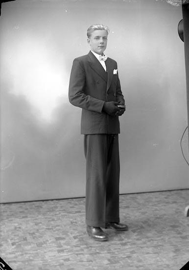 """Enligt fotografens journal nr 7 1944-1950: """"Berntsson, Arne Hellesdalen, Svenshögen""""."""