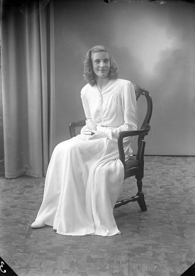 """Enligt fotografens journal nr 7 1944-1950: """"Arthursson, Ulla Saxeröd, Jörlanda""""."""