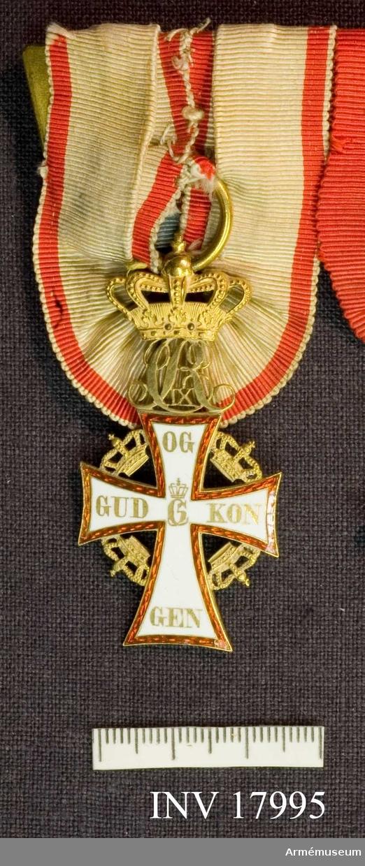 """Grupp C I.  Ett mantuanskt kors, belagt med vit och röd emalj, nedersta armen något förlängd, mellan korsets armar gyllene kronor.  Åtsidan: På korsets armar läses i guldbokstäver räknat från venstra armen: GUD OG KON GEN. I mitten """"C5"""" under kunglig krona.  Ovanpå korset ett med kunglig krona krönt CR IX i monogram.  Frånsidan: Korsets armar bära överst F VI under kunglig krona, den venstra: 1219, den högra: 1671 och den nedersta 1808; i mitten ett krönt W. Monogrammet CR IX bakvänt.  Beskrivning: Carl Peyron"""