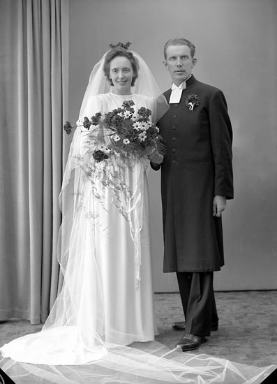 "Enligt fotografens journal 7 1944-1950: ""Amundsson, Pastor Svedahl, Hour Här""."