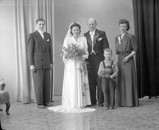 "Enligt fotografens journal nr 7 1944-1950: ""Larsson, Brudparet Brattorp Svanesund"". Enligt fotografens notering: ""Brudpar Herr Erik Larsson Brattorp, Svanesund""."