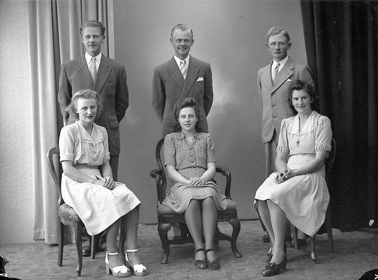 """Enligt fotografens journal nr 7 1944-1950: """"Josefsson, Barnen o Sonhustrur Ucklum""""."""