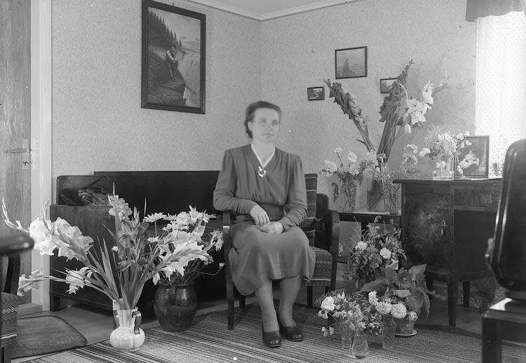 "Enligt fotografens journal nr 7 1944-1950: ""Andersson, Fru Aurora Stenungsund 50 årsdag""."