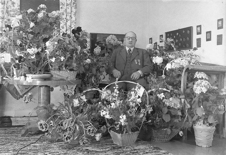 "Enligt fotografens journal nr 8 1951-1957: ""Andersson, Herr Niklas Källsby, Jörlanda""."