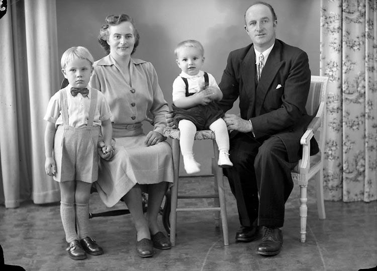 """Enligt fotografens journal nr 8 1951-1957: """"Johansson, John Hallerna, Stenungsund""""."""