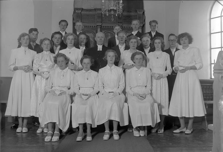 """Enligt fotografens journal nr 8 1951-1957: """"Spekeröds Konfirmander Spekeröd"""".  Enligt fotografens notering: """"Kyrkoh. S. Johnson Spekeröds Konfirmander Spekeröd""""."""