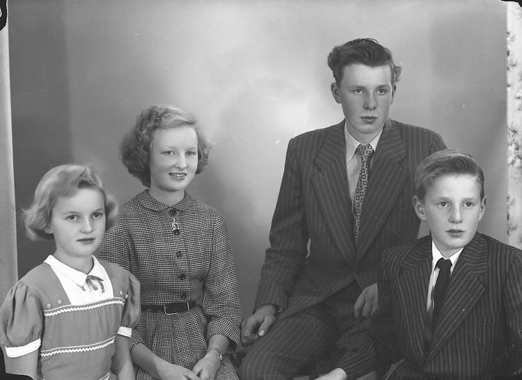 """Enligt fotografens journal nr 8 1951-1957: """"Gustafsson, Herr Hjalmar, Balkeröd, Höviksnäs""""."""