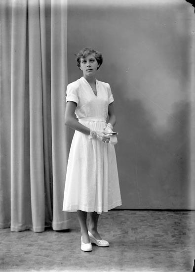 "Enligt fotografens journal nr 8 1951-1957: ""Aronsson, Barbro Angrimseröd, Svanesund""."