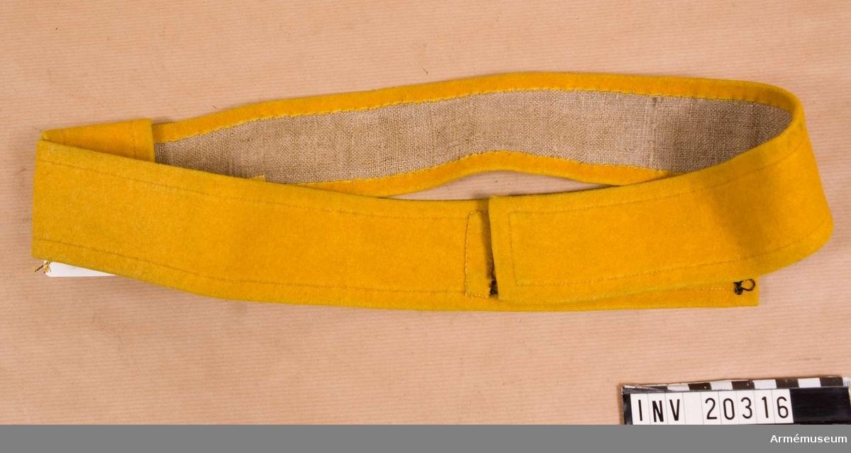 Grupp C I. För menig vid 7. Kinburna dragonreg:t 1882 (enl äldre indel- ning 19. Kinburna Storfurst Mikael Nikolaevitschs dragonreg). Av gult kläde. Foder av grov linnelärft. Fästs med två hakar och fyra hyskor.