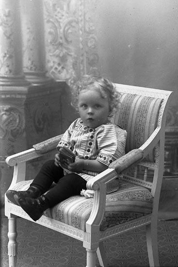 """Enligt fotografens journal Lyckorna 1909-1918: """"Grundell, Herr Ivar, adr. Fru Thorén, Ljungskile""""."""
